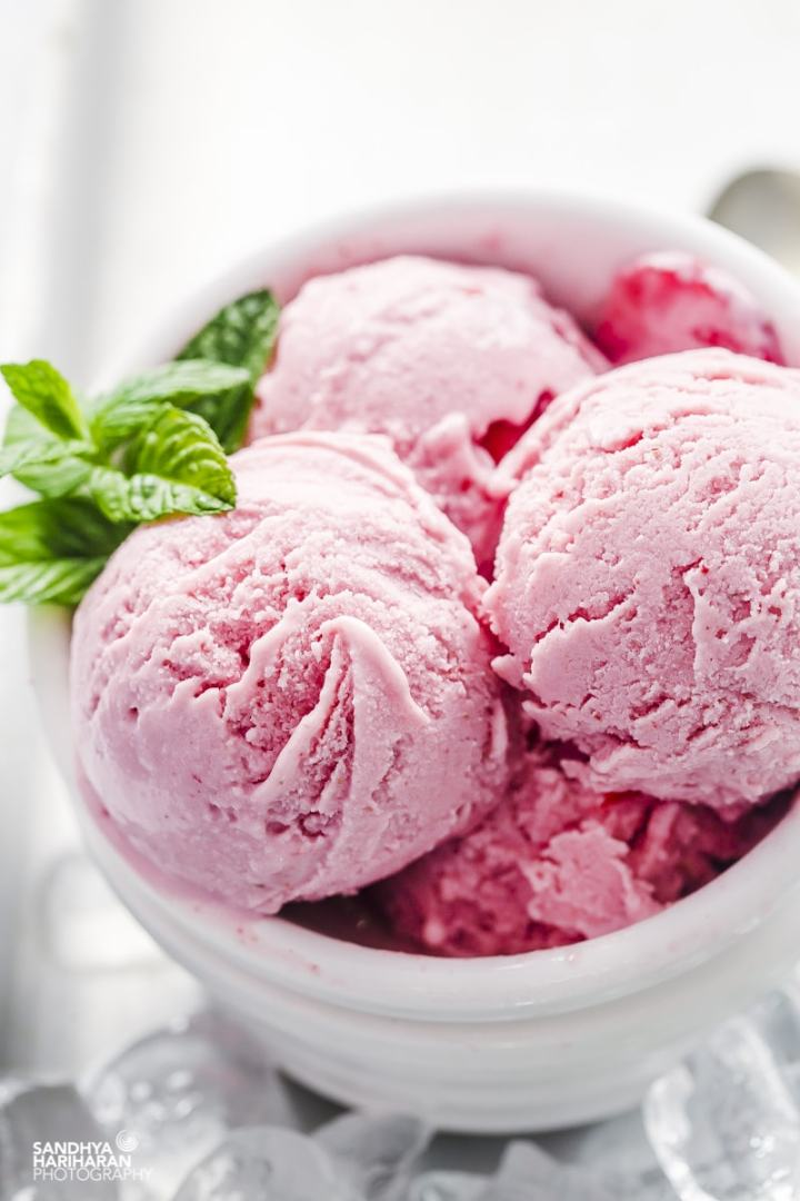 Healthy Strawberry Cheesecake Ice cream { Low Calorie }